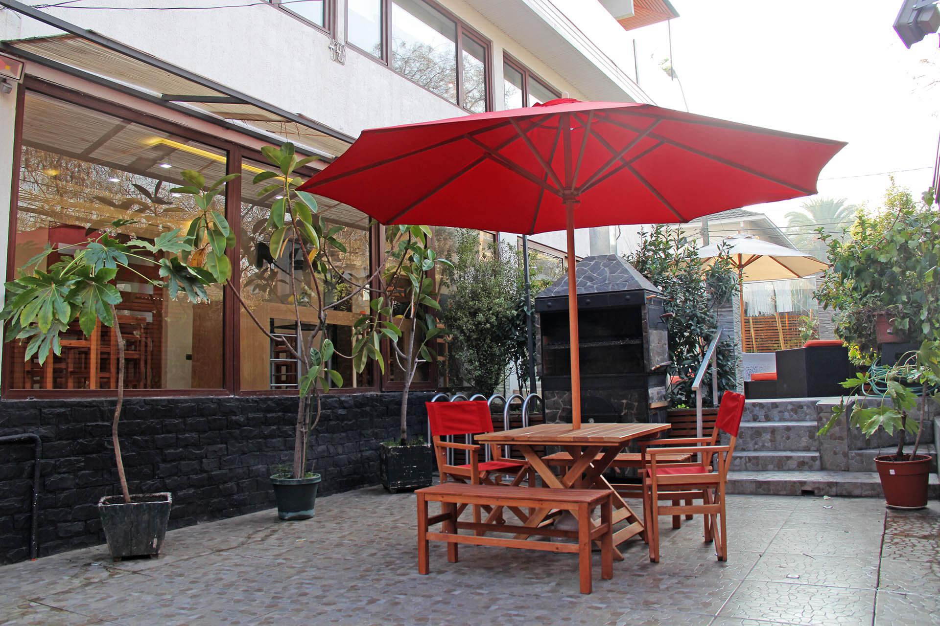terraza toldo rojo a comedor